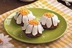 Пирожные с украшением из мастики